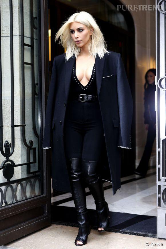 Kim Kardashian oublie de mettre son soutien-gorge avant de sortir de son hôtel.