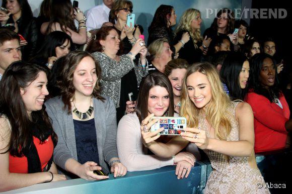 Suki Waterhouse s'est offert une séance de selfies avec des fans.