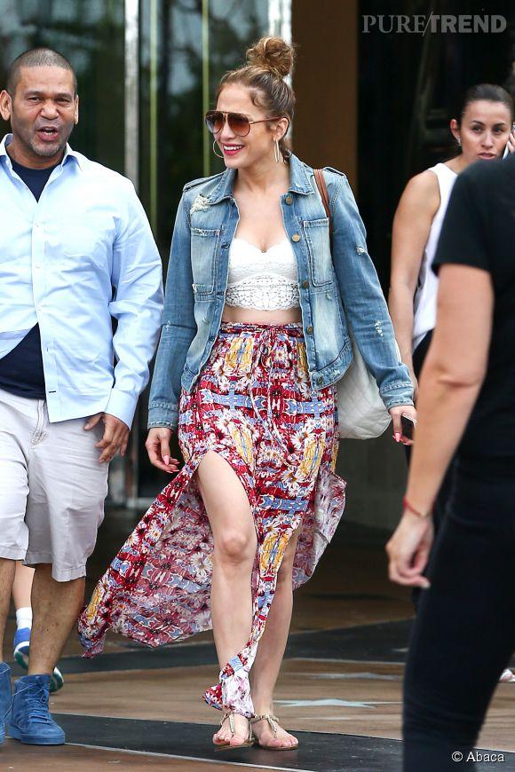 Jennifer Lopez, maman ultra sexy et tendance en jupe fendue et cropped top dans les rues de Los Angeles.