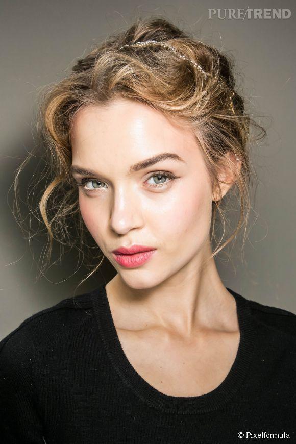 Misez sur les accessoires pour une base de coiffure chic facile. Avec un headband comme lors du défilé Dolce & Gabbana, faites-vous un chignon romantique.