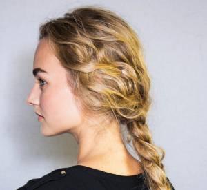 Besoin d'une idée de coiffure rapide et facile à faire ? Misez sur une tresse romantique à l'image du défilé Alberta Ferretti.