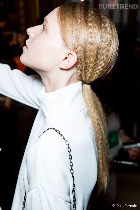 La bonne idée à piquer aux podiums pour une coiffure facille : la queue de cheval revisitée comme celle du défilé Stella McCartney. On adore les effets gauffrés romantiques.