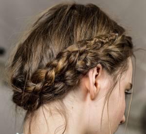 Deux tresses classiques suffisent à Viktor & Rolf pour afficher une couronne romantique ! Une coiffure chic et facile à faire soi-même !