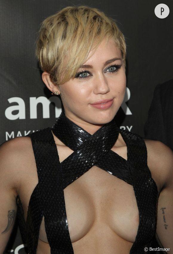 Dégustation de banane, twerk et autocollants sur les fesses, voilà la folle semaine de Miley Cyrus sur Instagram...