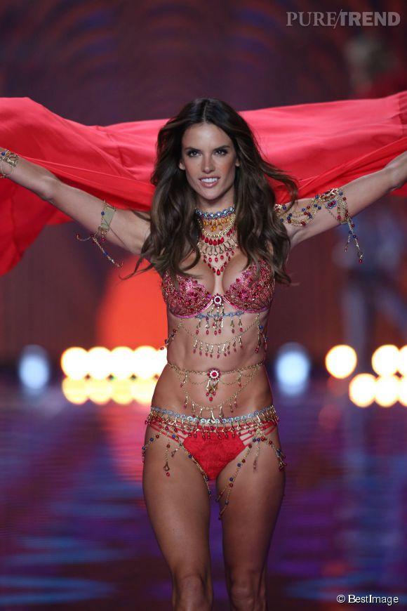 Alessandra Ambrosio : l'Ange de Victoria's Secret a l'habitude de défiler en petite tenue.