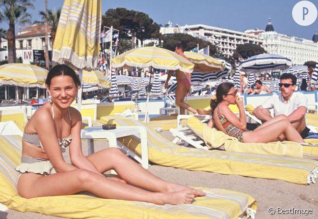 Virginie Ledoyen en bikini sur la plage cannoise.