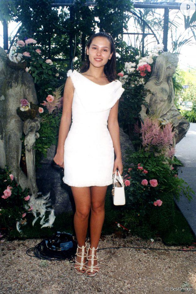 Virginie Ledoyen, virginale au défilé Dior haute couture automne-hiver 1997-1998.