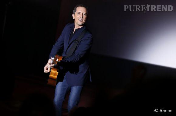 Après la guitare, il a volé le look d'Hugues Aufray.