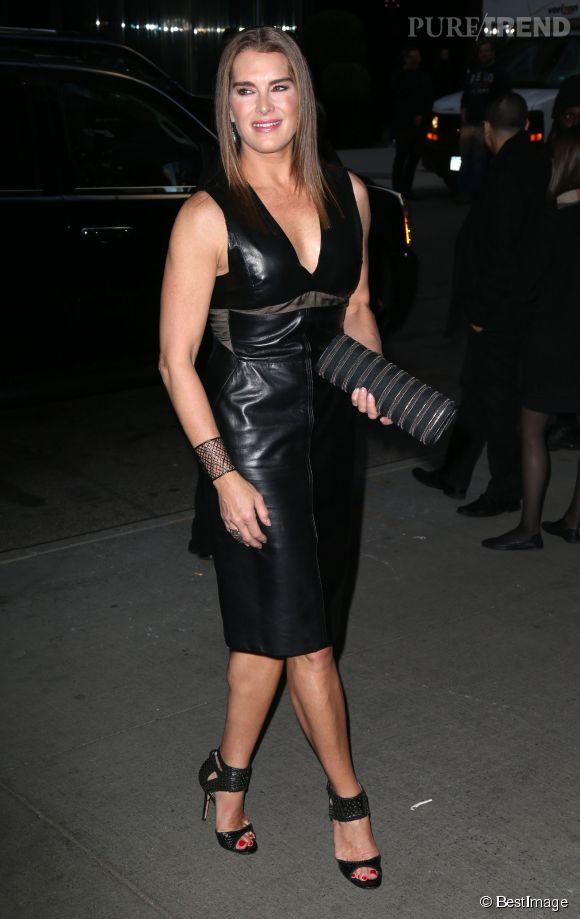 """Brooke Shields dans sa robe en cuir, hier pour la première new-yorkaise de """"Woman In Gold""""."""