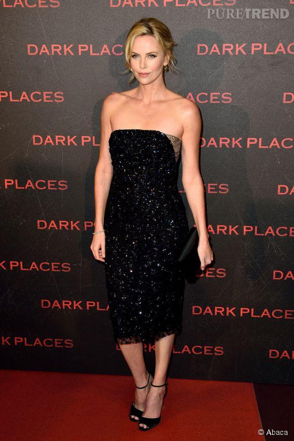 Charlize Theron mise sur une robe chic et glamour pour faire un sans-faute à Paris.