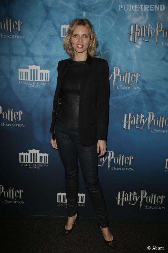 """Sylvie Tellier, une tenue en cuir très sexy pour l'exposition """"Harry Potter""""."""