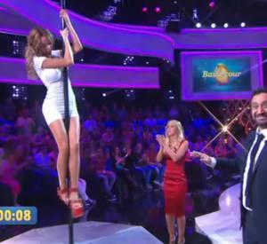 """Compétition de Pole Dance entre Enora et Nabilla dans """"L'oeuf ou la poule"""", diffusé ce jeudi 9 avril 2015 sur D8."""