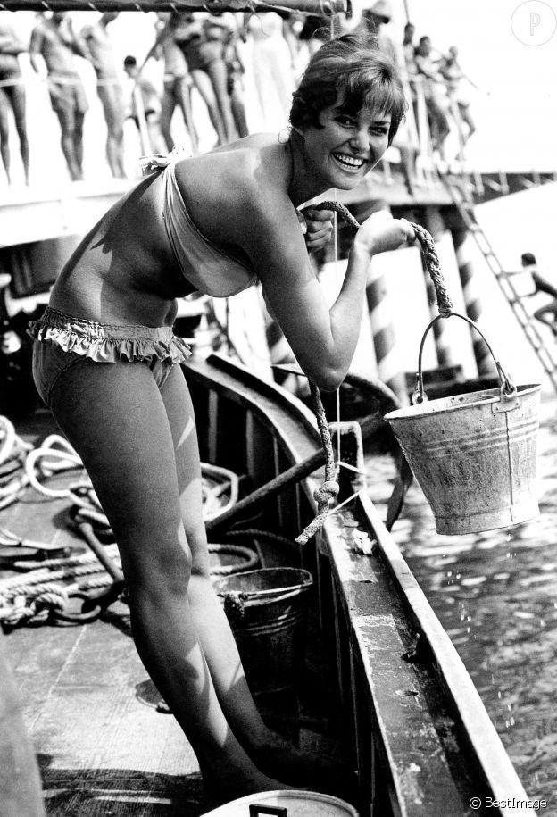 Claudia Cardinale en bikini au festival du film de Venise, en 1957.