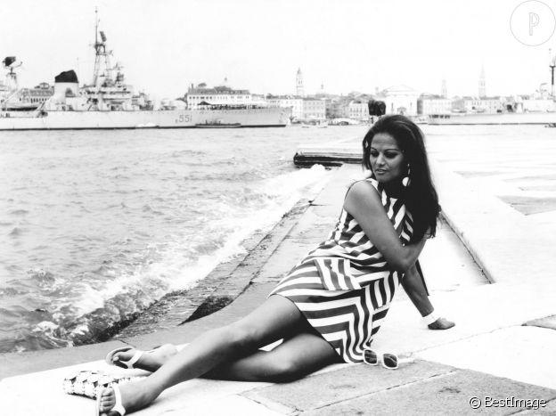 Claudia Cardinale joue les sirènes au festival du film de Venise en 1967.