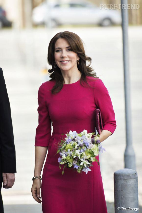 La princesse Mary de Danemark arbore un look ressemblant à tout point à ce que porte la duchesse de Cambridge Kate Middleton.