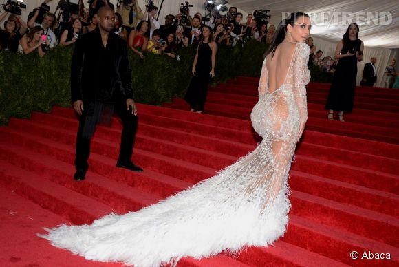 Kim Kardashian mise sur une robe immaculée Roberto Cavalli.