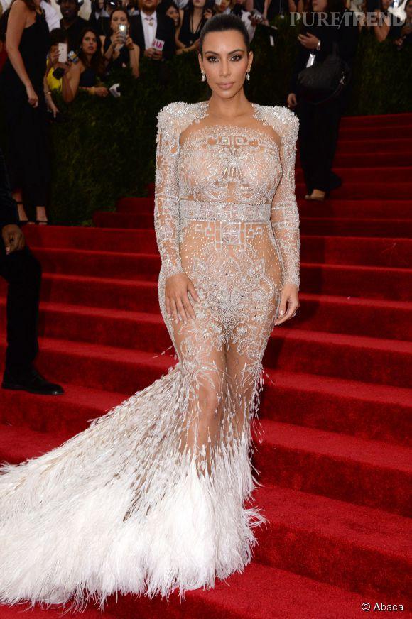 Comme la robe de Beyoncé en 2012, celle de Kim est transaparente et terminée par des plumes.