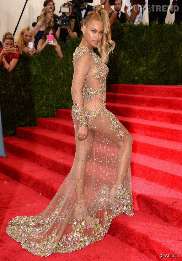 La chanteuse prend la pose dans une robe indécente signée Givenchy.