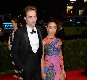 Robert Pattinson et FKA twigs ont officialisé leur relation au MET Gala 2015.