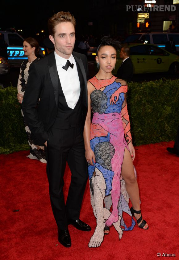 Robert Pattinson et FKA twigs ont officialisé leur relation au MET Gala 2015.