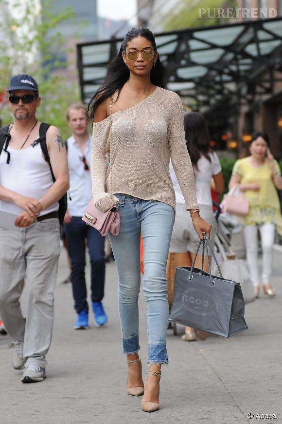 Pull qui dévoile son épaule et jean slim, Chanel Iman est canon.