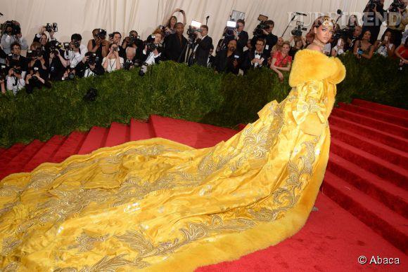 Une robe qui a beaucoup fait parler et rire les internautes, qui ont vu en cette création, une pizza ou encore une omelette.