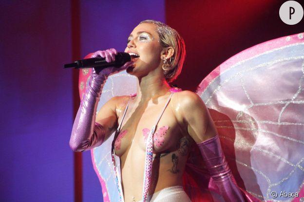 Miley Cyrus, topless sur scène.