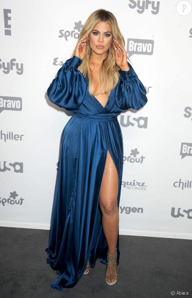 Khloe Kardashian n'arrivait pas à choisir entre le décolleté et le fendu, du coup elle a opté pour les deux !