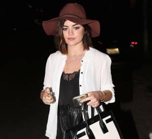 Lucy Hale et son look chic estival dans les rues de Los Angeles, samedi 16 mai 2015.