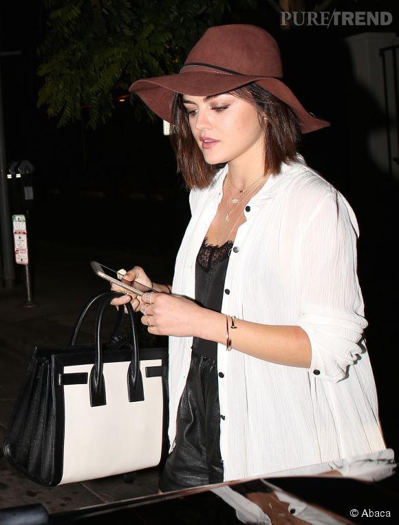 Lucy Hale mise tout sur les accessoires pour donner une touche de sophistication à sa tenue. Un sans-faute!
