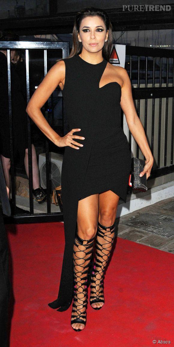 Eva Longoria était habillée d'une robe asymétrique noire qui dévoilait ses jambes.