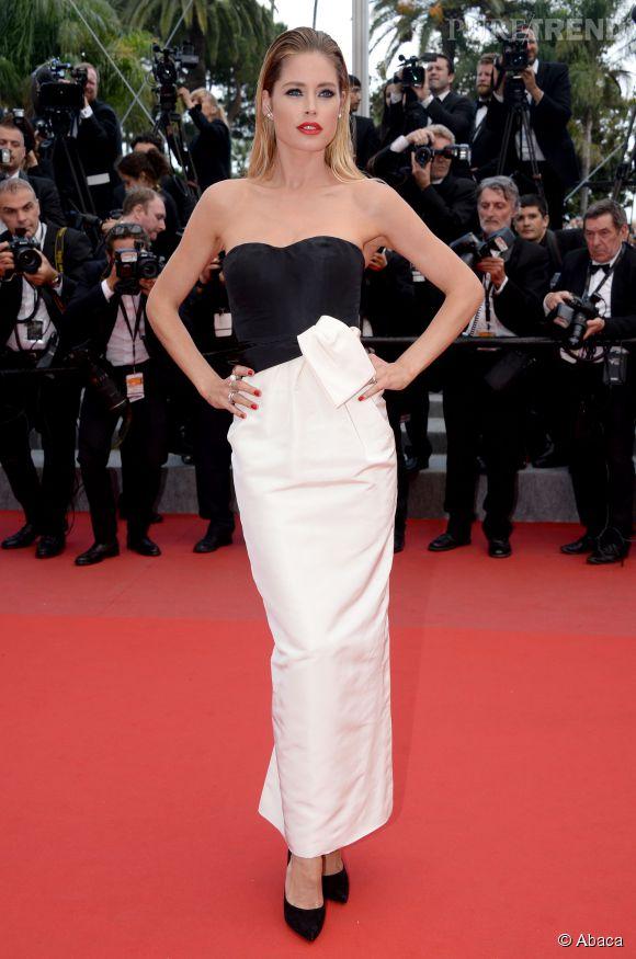 """Doutzen Kroes en robe Dior et était chaussée d'escarpins Jimmy Choo lors de la montée des marches du film """"Sicario"""", ce mardi 19 mai 2015."""