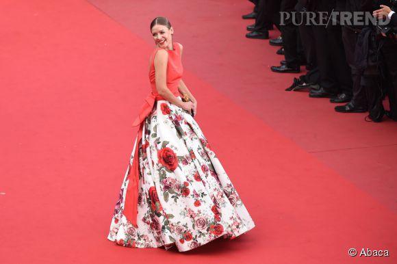 """Natalia Shustova en longue robe fleurie lors de la montée des marches du film """"Sicario"""", ce mardi 19 mai 2015."""