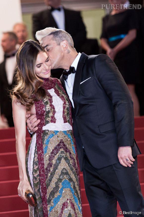 Le chanteur anglais Robbie Williams, embrassant tendrement sa femme Ayda sur les marches du Palais des Festivals.