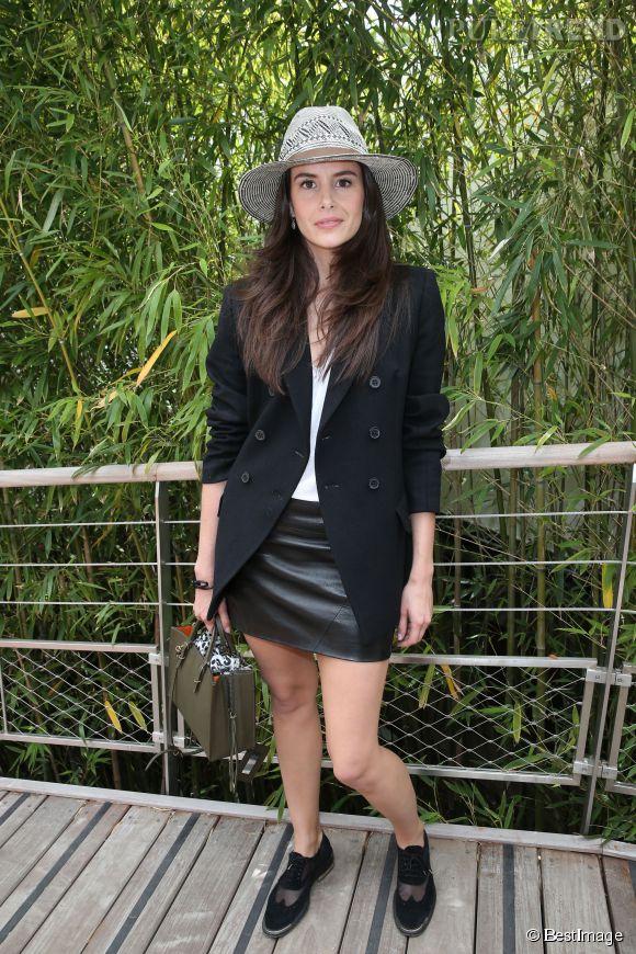 Roland Garros : la comédienne Louise Monot a elle opté pour le noir et le chapeau, incontournable des gradins.