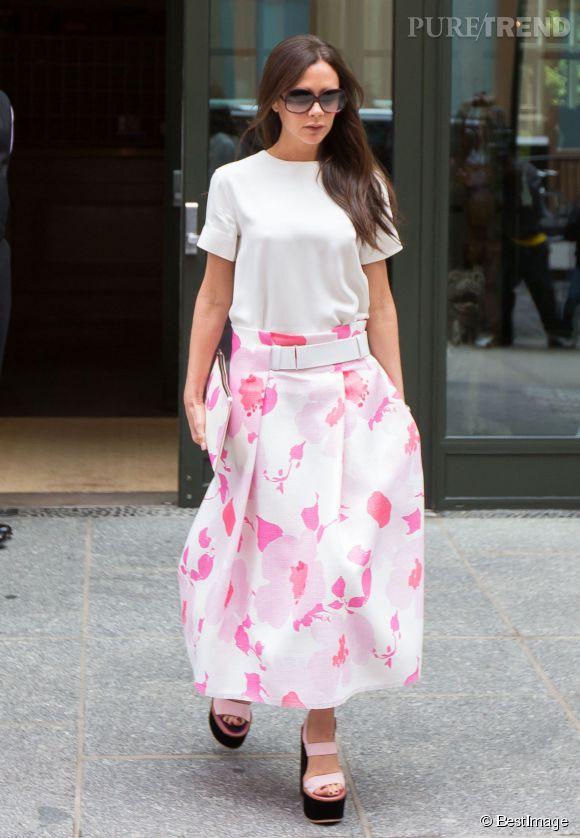 Victoria Beckham voit désormais la vie en rose.