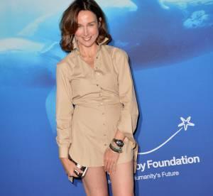 Elsa Zylberstein  : elle ose la micro robe chemise pour un gala de charité