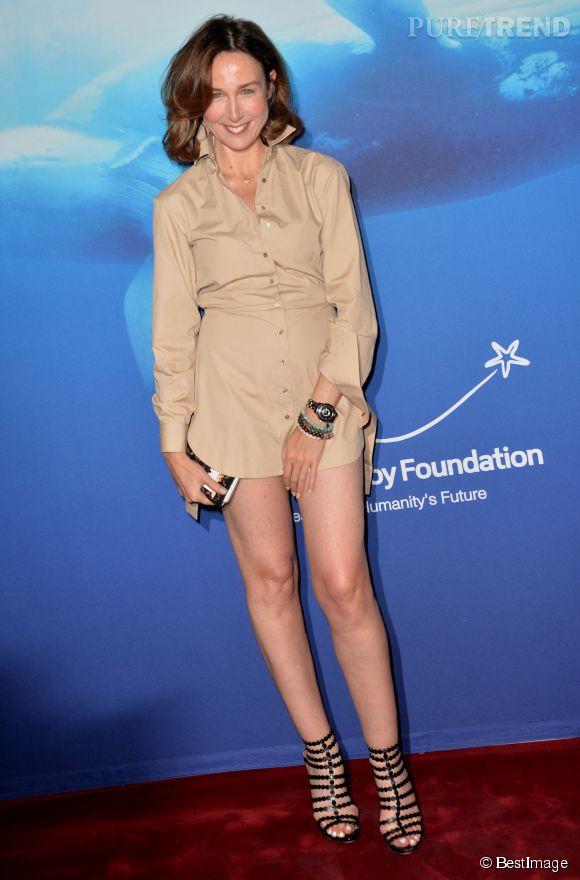 Elsa Zylberstein en micro robe chemisier au gala de charité de Maud Fontenoy.