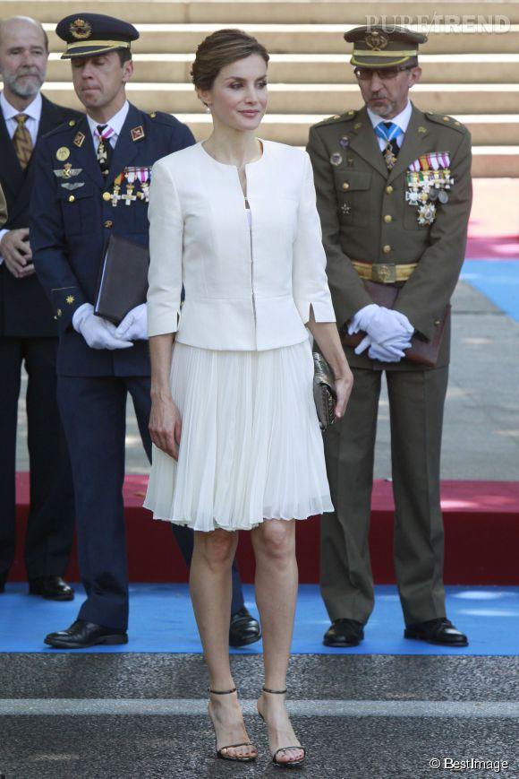 Letizia Ortiz, sublime en robe blanche pour la célébration des forces armées espagnols, vendredi 5 mai 2015 à Madrid.