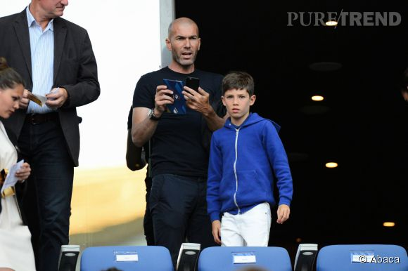 Zinédine Zidane et son fils Elyaz lors du match amical France-Belgique au Stade de France le 7 juin 2015.