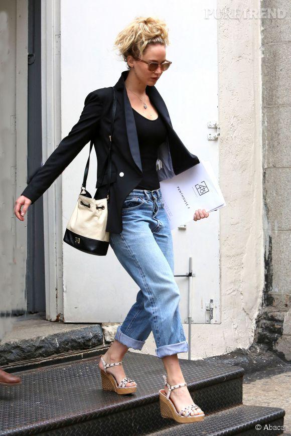 Jennifer Lawrence arbore un look très tendance pour visiter un appartement à New York.
