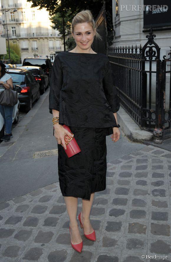 Julie Gayet dans un total look noir très élégant.