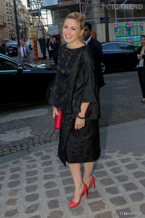 Julie Gayet réhausse sa tenue à l'aide d'accessoires colorés.