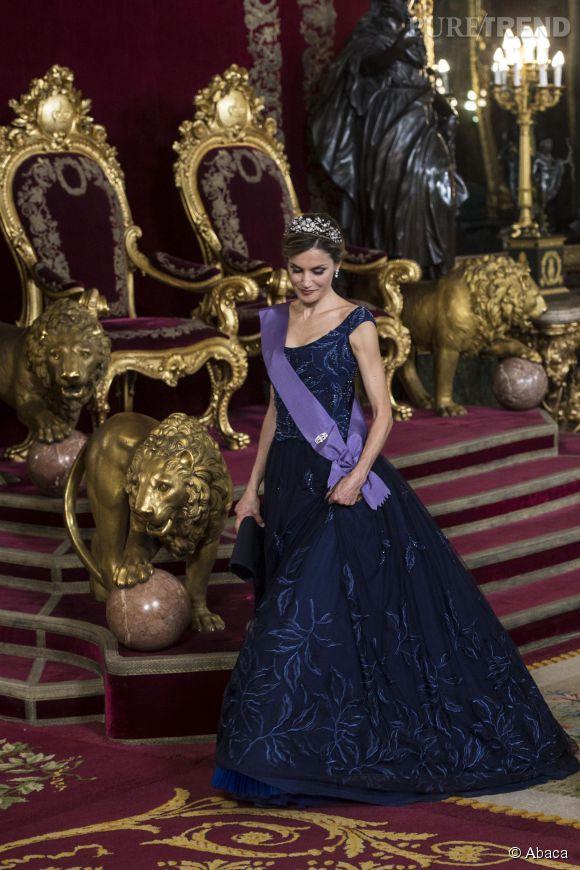 Letizia Ortiz, reine de conte de fée devant son trône.