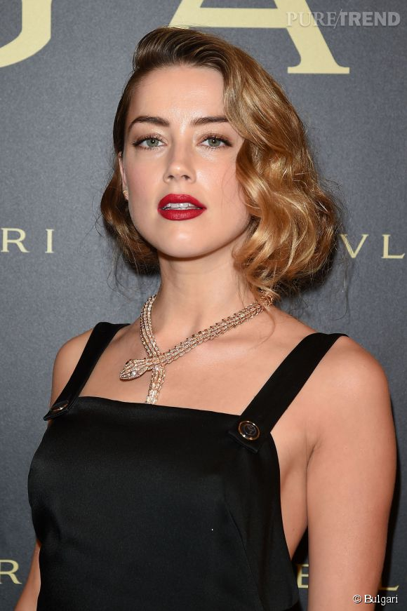 Amber Heard porte un collier Serpenti de Bulgari.