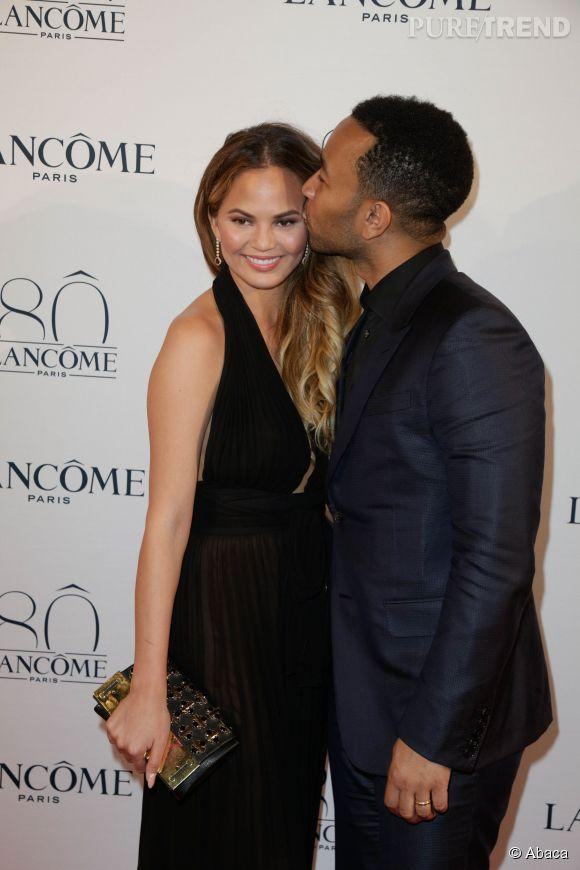 John Legend ne se doute pas une seconde que sa petite-amie a publié une photo de ses fesses.