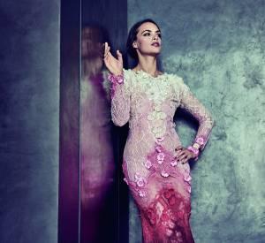 Bérénice Béjo pose dans une sublime robe fourreau en dentelle incrustée de perles et réhaussée de fleurs brodées.