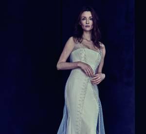 L'actrice et mannequin Audrey Marnay dans une robe bustier recouverte d'un voile blanc orné de perles.
