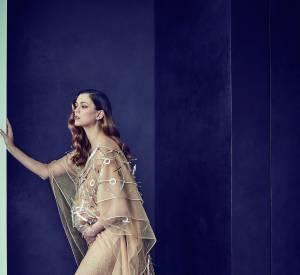 Le mannequin français Morgane Dubled enceinte dans une somptueuse robe beige à traîne.