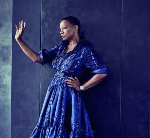Alexis Mabille habille Mounia Orosemane d'une longue robe bleue ceinturée à la taille et brodée de pierreries.